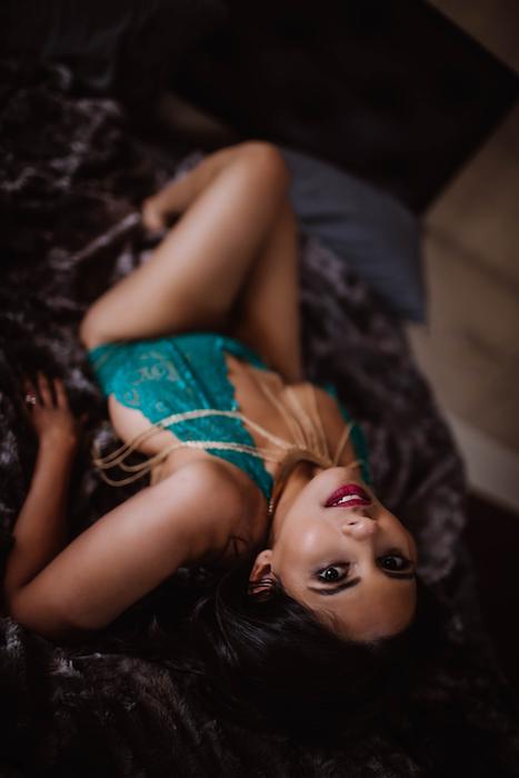 best-boudoir-photo-poses-roamilicious